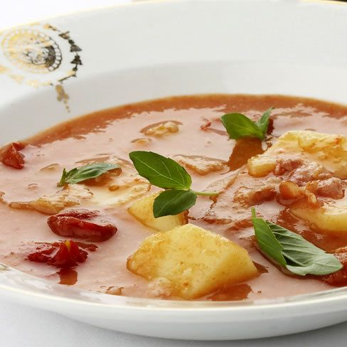 Een overheerlijke aardappel-tomatensoep met spek, die maak je met dit recept. Smakelijk!
