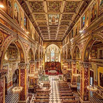 Interno del Duomo di Rossano. Navata principale che risalta i marmi utilizzati