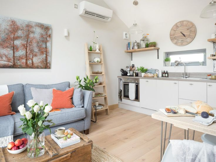 เหนือซิงค์ล้างจานมีหน้าต่างกระจกบานเล็กๆไว้เปิดระบายความชื้น รวมถึงให้แสงแดดสามารถสาดส่องเข้ามาภายในบ้านได้ด้วยครับ