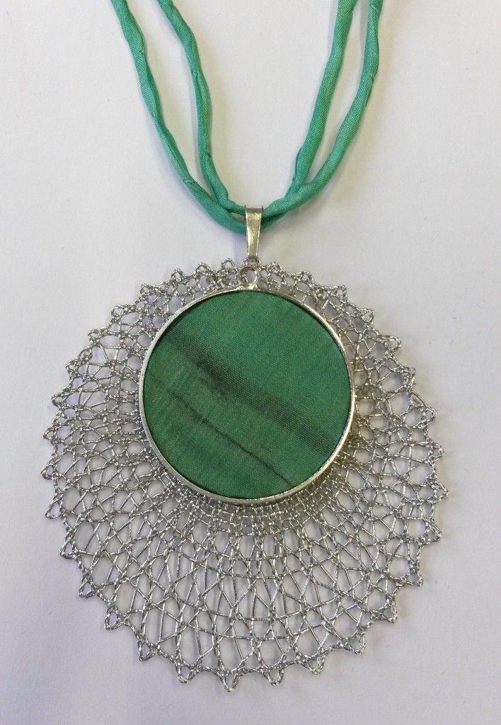 Náhrdelník 16 496 - zelené hedvábí | Vamberecká krajka