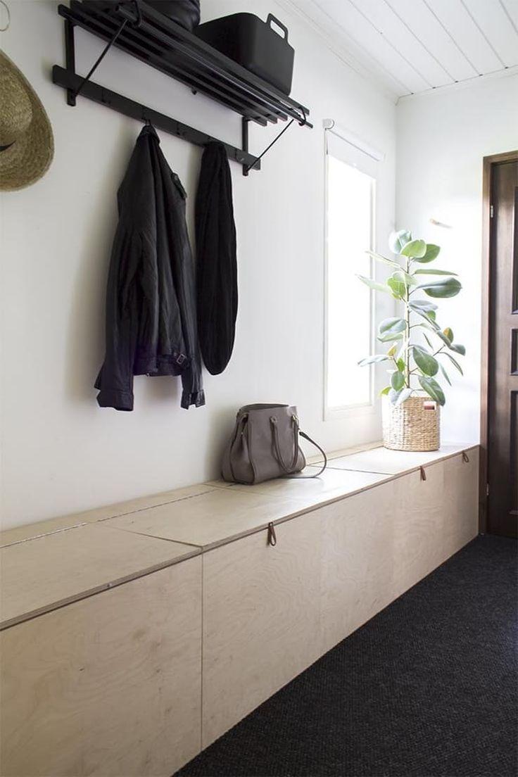 К примеру, узкий закрытый длинный шкаф с несколькими секциями, установленный вдоль одной из перегородок, может одновременно выполнять роль тумбы для складирования туфель, ботинок и сапог, а также подставки для ключей, зонтиков, шляп и других нужных вещей. Особенно органично она будет смотреться в том случае, если будет выкрашена в тот же цвет, что и стены.