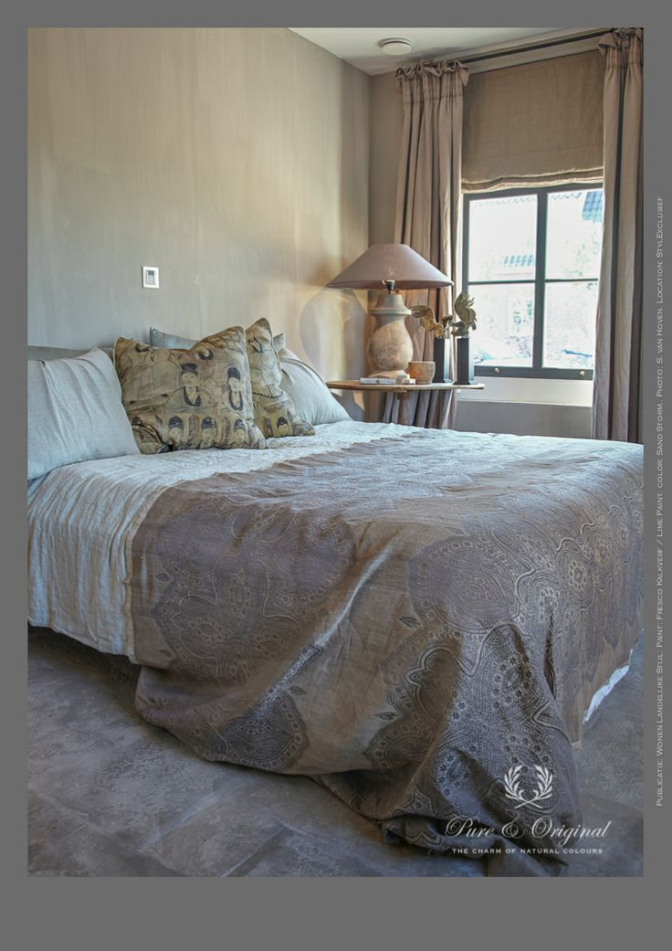Who wants yo sleep here? You want to stay awake to enjoy this bedroom. On the wall the Fresco Lime Paint / Kalkverf in the color Sand Storm from Pure & Original. Photo: S. van Hoven. Location: StylExclusief