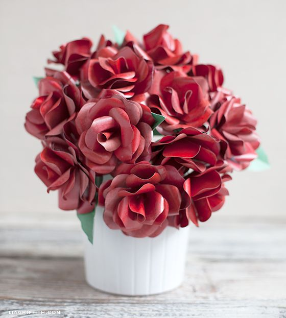Paper Red Rose Bouquet... Free templates and instructions for making paper roses!