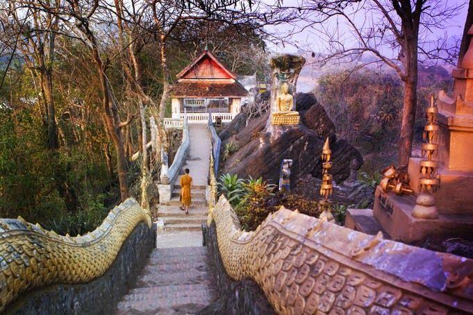Tempat wisata terbaik Laos selanjutnya adalah Bukit Phou Si. Phou Si adalah bukit yang memiliki tinggi sekitar 100 meter dan terletak di kota tua Luang Prabang, Laos. Bukit Phou Si diapit oleh dua sungai yaitu Sungai Mekong dan Sungai Khan Nam. Bukit ini adalah rumah agama bagi masyarakat setempat dan memiliki beberapa candi Buddha. Sekitar setengah perjalanan naik ke atas bukit, jika menghadap ke sungai Nam Khan terdapat Wat Tham Phou Si. Di puncak bukit, menghadap kota dan pedesaan…