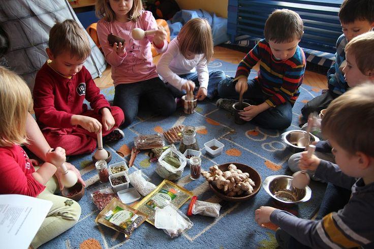 Przyprawy z przedszkolnej manufactury to warsztaty pobudzające wszystkie kubki smakowe, dzieci poznają wiele przypraw pochodzących z różnych miejsc na Ziemi. Czasem dzieci odkrywają w sobie małego kucharza.