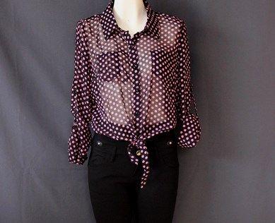 Una moderna #camisa #negra con #lunares #rosas y #amarre al #frente