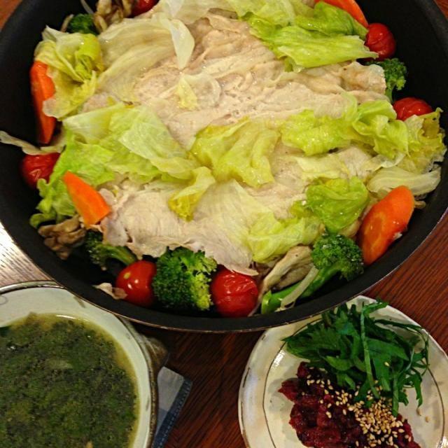 たっぷりお野菜をさっぱり梅だれで食べます 夏バテ防止のモロヘイヤスープと一緒に❗ - 11件のもぐもぐ - 豚肉と彩り野菜の蒸し焼き by yuumin