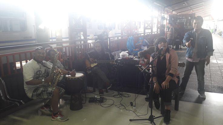 Wah! Kenalkan Karyanya, Musisi Malang Hibur Pemudik di Stasiun Kotabaru https://malangtoday.net/wp-content/uploads/2017/06/musisi-malang.jpg MALANGTODAY.NET– Selama musim mudik lebaran,anda tak perlu lagi takut bosan mengantre ataupun menunggu. Pasalnya musisi Malang akan menghibur pemudik yang menggunakan jasa Kereta Api (KA) di Stasiun Kotabaru, Kota Malang. Seperti diketahui, hiburan musik di Stasiun itu sebenarnya sudah... https://malangtoday.net/malang-raya/kot