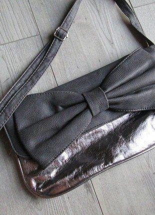 Kup mój przedmiot na #vintedpl http://www.vinted.pl/damskie-torby/kopertowki/18480373-torebka-top-secret-kopertowka-retro-kokarda-szarosc-srebrna