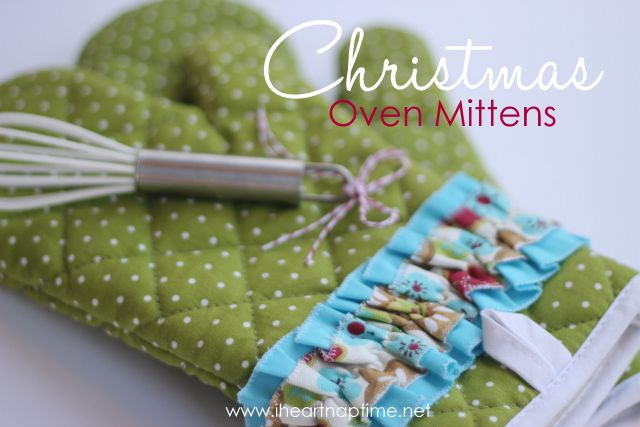 Christmas Oven Mittens   http://www.iheartnaptime.net/2011/12/oven-mittens/  #sewing #ovenmit #craft