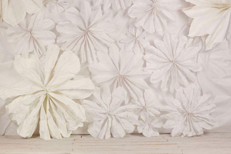 Un mur de fleurs en papier