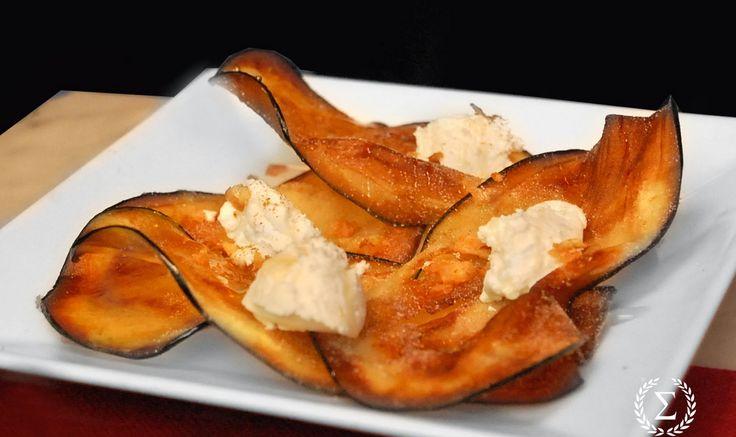 chips de berenjena con queso mascarpone, parmesano y miel