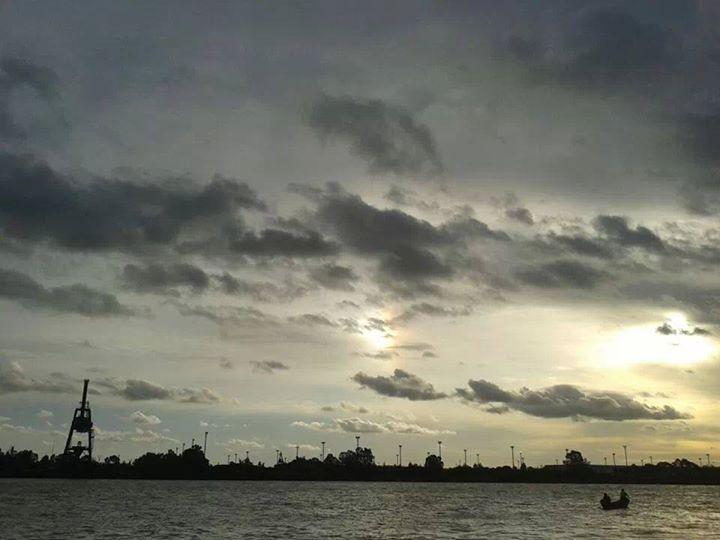 Matias Carri: Puesta de sol del 1-4-2014 en el Km 98.5 del Parana de las Palmas, para observar el reflejo del sol en las nubes bajas.