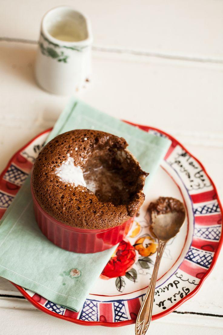 Receita de suflê de chocolate.  Algumas dicas podem salvar o seu suflê da queda. Confira aqui como fazer esta sobremesa clássica que nunca sai de moda.:
