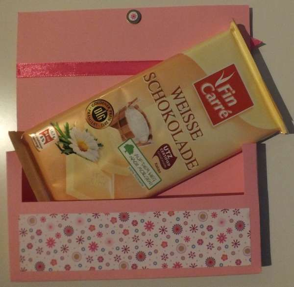 Eine kleine Anleitung für eine Schokobox, in die genau eine handelsübliche Tafel Schokolade hineinpasst. Als Material wird ledi...