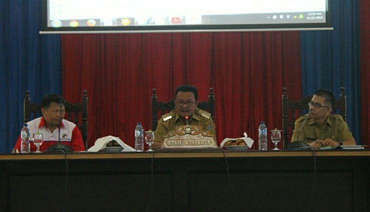 Wakil Walikota Bitung Maurits Mantiri saat membuka kegiatan Sosialisasi Nomor Induk Koperasi