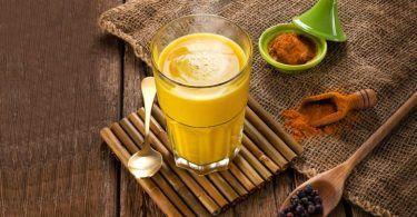 Není žádným překvapením, že naše tělo vzimě vyžaduje teplé a hřejivé potraviny a nápoje. Je to zdůvodu, že náš organismus a trávicí trakt je vtomto chladném období zpomalen. Tělo potřebuje nutně nastartovat. A stím si nejlépe umí poradit teplé, vařené a kořeněné jídlo. Vyzkoušejte proto tyto horké a zdravé nápoje. Kurkumové mléko Kurkuma je kořen, …