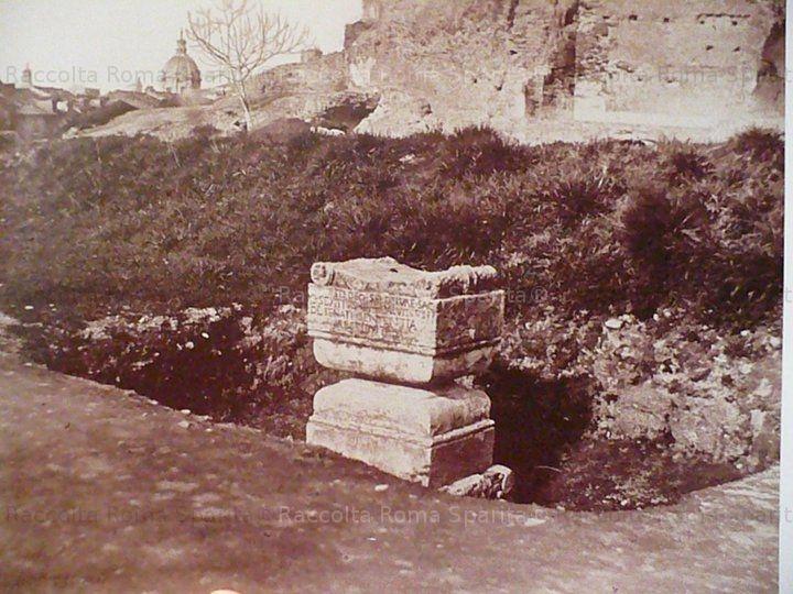 Foto storiche di Roma - Ara del Dio Ignoto, sul Palatino, ancora in situ Anno: 1865