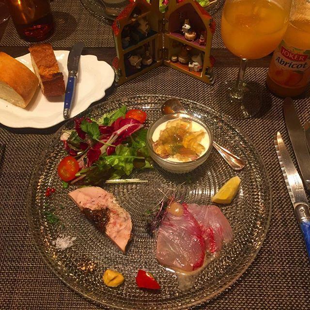 烏丸御池のフレンチレストラン、『RENARD BLEU (ルナールブルー)』 _  ランチのおすすめコースB (4200円)の前菜! 右上の白いカリフラワーのムースがクリーミーで、ホタルイカも入ってておいしすぎた☺️ 左下はお肉に梅のようなものがはいってて、すきな調味料をつけてたべるのが楽しい _ 右上のアプリコットのジュースはフランス産らしく、アプリコットジャムのような濃厚すぎる甘さ! ソーダで割ってもおいしそう☺️ バゲットとフォカッチャも小麦粉の香りが食べるたびに広がってソースつけるのがもったいなかったな〜! _ #ルナールブルー #renardbleu #フレンチ #フランス #フランス料理 #前菜 #アペタイザー #バゲット #フォカッチャ #アプリコット #ジュース #ホタルイカ #カリフラワー #ムース #梅 #肉 #サラダ #カルパッチョ #京都 #フレンチレストラン