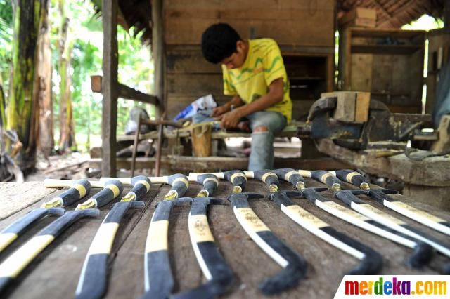 Rencong yang telah selesai disusun di bengkel pembuatan senjata khas Aceh, Desa Baet Lapuot, Aceh Besar (16/04).