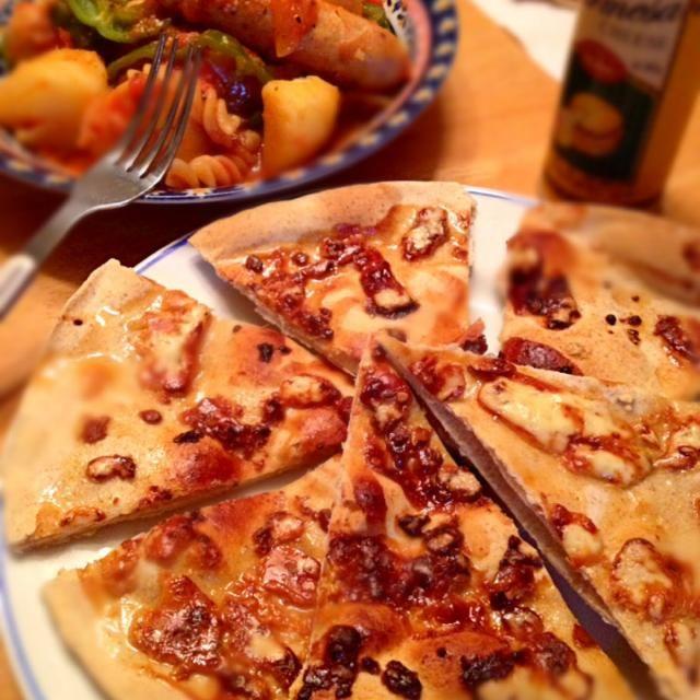 今日の晩ご飯(^_^)v ピザはちょっと焼き過ぎてしまった(ー ー;) チーズをゴルゴンゾーラにするともっと美味しいですよ♪(´ε` ) - 27件のもぐもぐ - ソーセージと野菜のトマト煮込み&ブルーチーズと蜂蜜の全粒粉入りピザ(^^) by y35birupulau