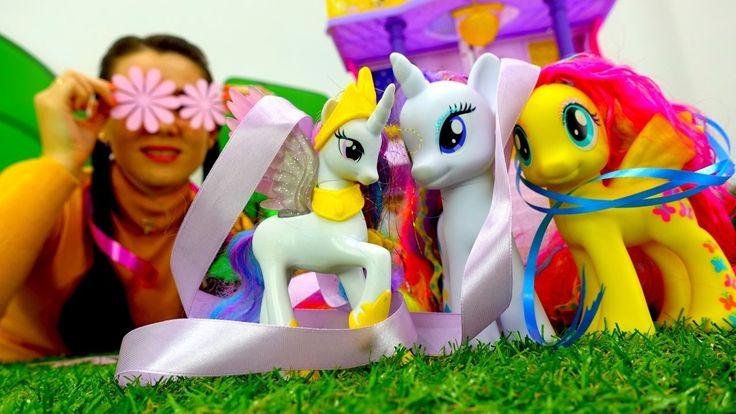 Детские игрушки для девочек: Валя и Май литл пони чинят разрушенный замок