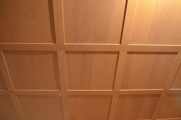 Système de plafond suspendu en merisier teint de couleur personnalisée. Optez pour nos plafonds architecturaux. Installez-les en plafond suspendu ou directement sur le gypse.  Créez aussi des mosaïques au mur en jouant avec différentes matières dans vos concepts : bois, laques, mélamines, photos, cuirs recyclés, inox, métaux peints, acryliques, jeux de lumières, etc...