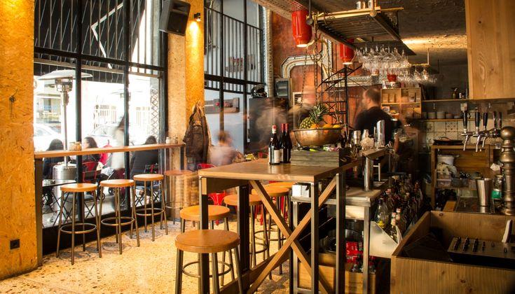 Στην εναλλακτική γειτονία των Εξαρχείων, ένα άκαπνο all day food, coffee & wine bar σερβίρει ψαγμένες κούπες καφέ.