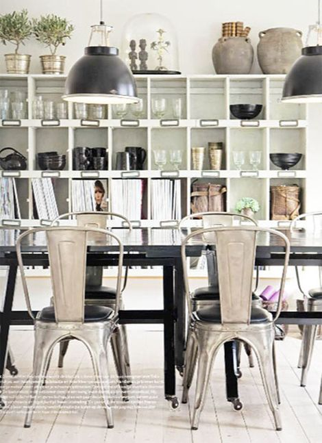 I love that different colored metals have made a comeback! Copper, Brass, Polished Nickel, Antiqued Pewter…..and so many more. The type of metal you put into a room cancompletely transform…
