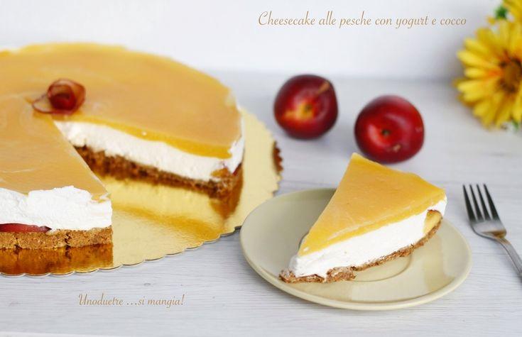 La golosissima Cheesecake alle pesche con yogurt e cocco è senza cottura in forno! Solo di 5 minuti sul fornello per addensare la glassa alle pesche! Ottima  http://blog.giallozafferano.it/unoduetresimangia/cheesecake-alle-pesche/