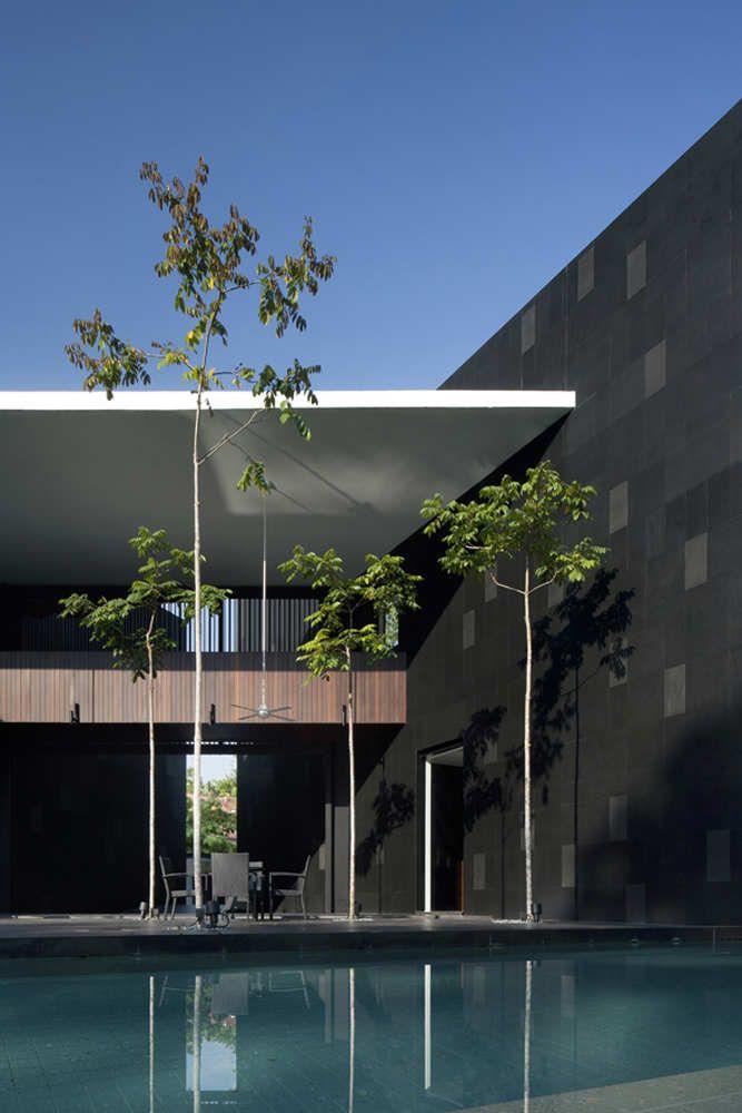 Black White House / Formwerkz Architects