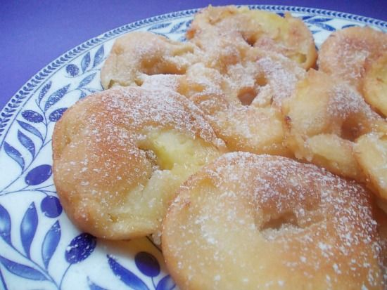 le mele fritte in pastella sono un dolce molto semplice da preparare e soprattutto veloce.