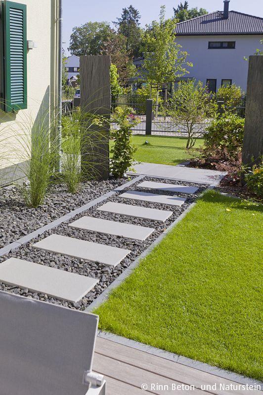 Eine Option den Gartenweg ums Haus modern zu gestalten ohne eine komplette Platten- oder Pflasterfläche zu haben: Die Schrittplatten mit Kies umranden und so die Versickerung des Wassers garantieren und einen schönen Materialmix in die Gartengestaltung integrieren. #rinnbeton #design #gartengestaltung