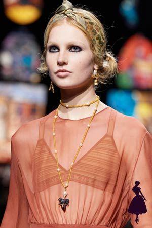 La pasarela hippie de Christian Dior, ¡te va a encantar! Christian Dior, Estilo Hippy, Boho Chic, Collars, Tie Dye, Vogue, Outfits, Casual, How To Wear