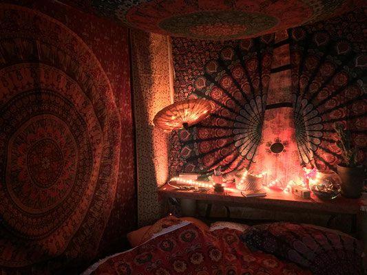 Shop für Indische Tagesdecken, Wandtuecher und Dekostoffe. Orientalische Mandalas, indische Gottheiten, Lebensbaum. 100% Baumwolle und vegan.  Einzel- und Großhandel.