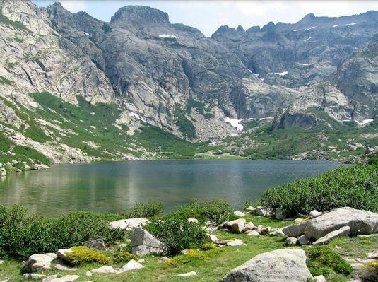 Corsica - Lacs Naturels - Lac de Goria est un lac situé en Haute-Corse à 1 852 m d'altitude,(le frère pauvre des lacs du Melu et du Capitellu) dans le massif du Monte Ritondu (2 622 m).Le lac de Goria se trouve, en fait, de l'autre côté de la barre rocheuse allant du Lombarducciu   (2 261 m) à la Ponte des Sept lacs (2 266 m)