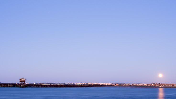 ¡Buenos días, amig@s! Deseamos de todo corazón que seáis felices y que paséis un magnífico miércoles. Hoy amanecemos en el Puerto de Huelva y compartimos con vosotros la foto para transmitiros energía. ¡Arriba ese ánimo! ¡Actitud positiva! :) http://comorigen.com #andalusia #andalucia #españa #spain #huelva #port #puerto #beach #playa #amanecer #dawn #goodmorning #buenosdias