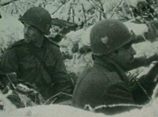 Des hommes du 502nd PIR (coeur peint sur le casque)  durant la bataille des Ardennes.