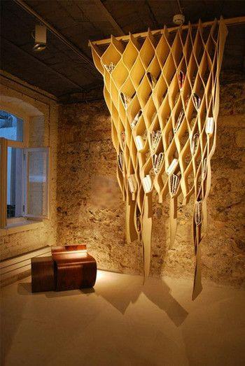 Mehtap Obuz デザインの「Bookwave Hanging Storage」・・・カーテンや部屋の仕切りとしても使える、フェルト生地とステンレス鋼で出来た本のカーテン。
