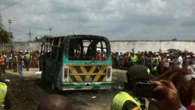 Stanley Roy informa: Mueren 30 niños al incendiarse autobús en Colombia...