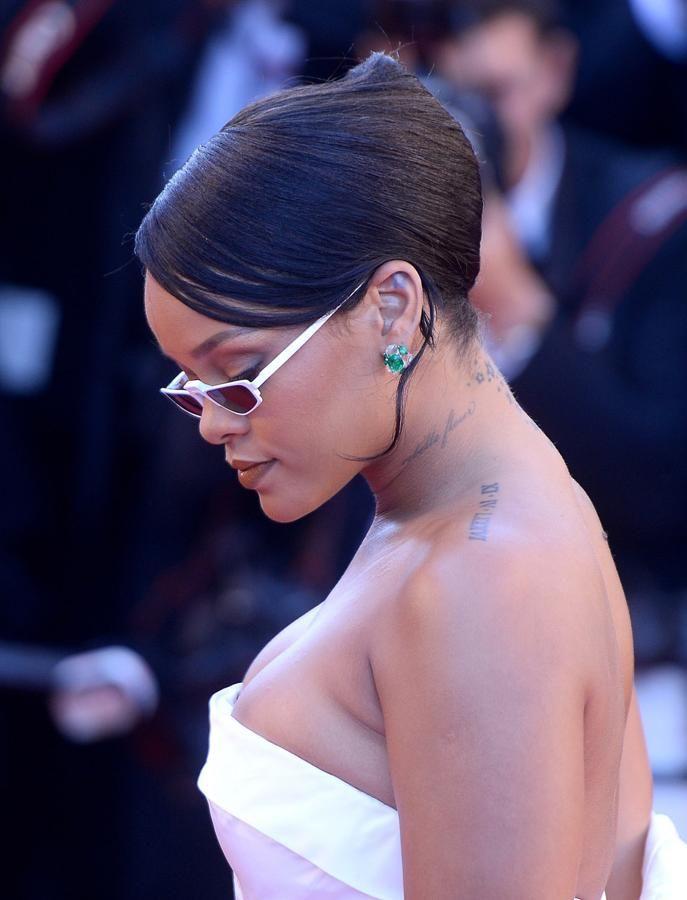 El moño italiano con flequillo lateral y mechones sueltos que luce la cantante Rihanna es perfecto para una boda o una cena especial.
