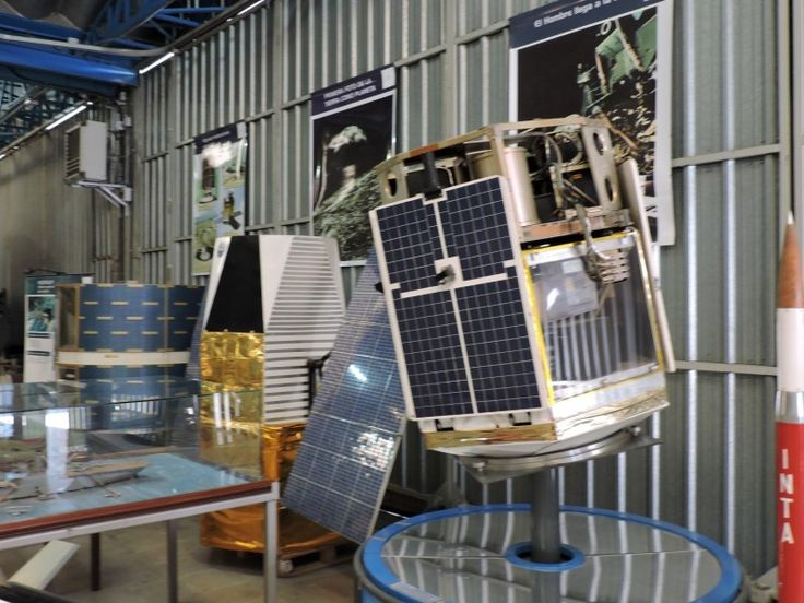 Museo del Aire - Maquetas de satélites, junto a un diorama de un barco ¿wtf?