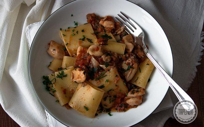 Makaron z tuńczykiem i kalmarami - przepis - Tapenda.pl