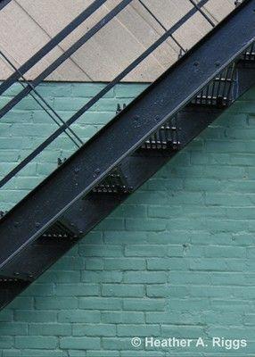Zwart metalen trap met Teal achtergrond, minimalistisch, eenvoudig, blokken, blauw, wit, kleurenfoto