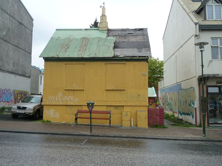 Iceland, Reyklavik, yellow house