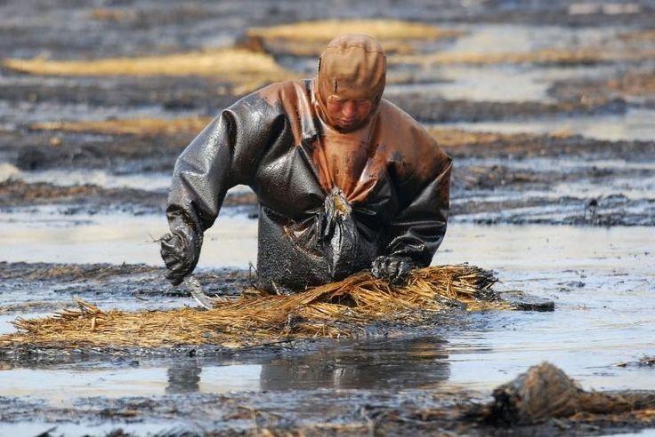 Pollution Chine, homme dans du pétrole