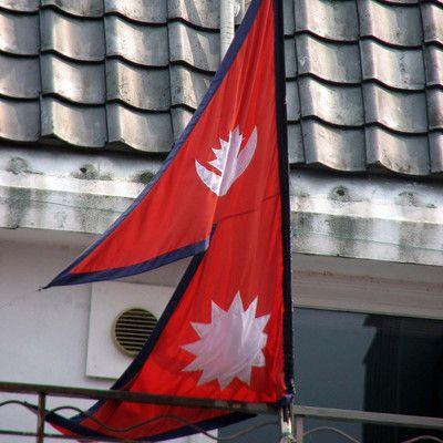 Сколько стран в мире имеют флаг непрямоугольной формы? одна! Непал является единственной страной, чей флаг не является прямоугольным. До 1962 г. в нарисованных символах - солнце и луне - были изображены человеческие лица. Со временем они были удалены, чтобы модернизировать и упростить флаг.