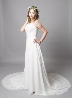 A Underbar brudklänning med spets i bysten och luftig kjol med släp 881
