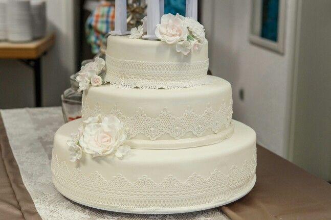 Schöne spitzen Hochzeitstorte