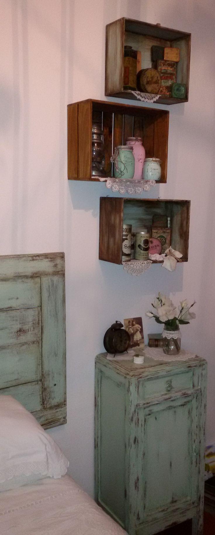 Cassette in legno usate come mensole all'interno scatole di latta ...